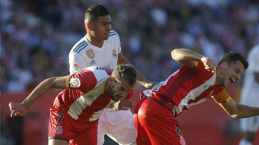 Casemiro pugna por el balón con dos jugadores del Girona