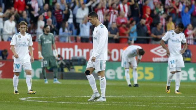 Los jugadores del Real Madrid, decepcionados en Montilivi