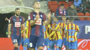 Los jugadores del Levante celebran uno de los goles en Ipurua.