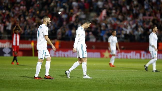 Los jugadores del Real Madrid abandonan cabizbajos el c�sped de...