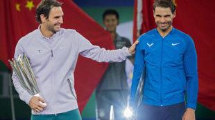 Roger Federer y Rafa Nadal tras la final de Shanghái.