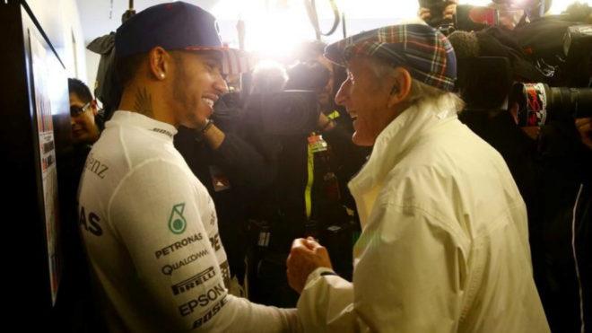 Jackie Stewart saluda a Lewis Hamilton.