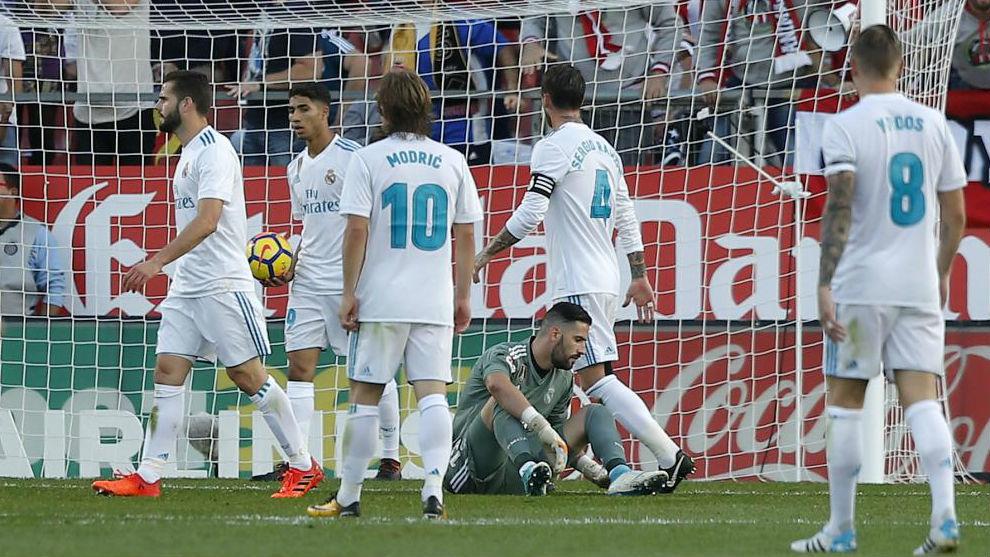 Los jugadores del Madrid se lamentan tras recibir el primer gol del...