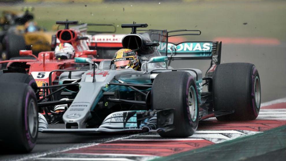 Momento en el que Vettel, ya adelantado choca con Hamilton para...