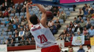 Dejan Todorovic realiza un mate en el duelo ante el Gipuzkoa Basket