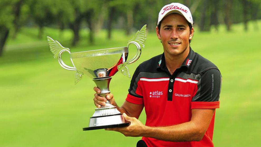 Carlos Pigem, con su trofeo de ganador del Yeangder Players...
