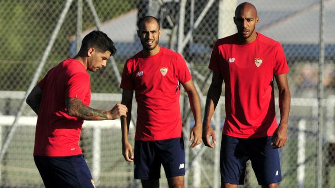 Pizarro y N'Zonzi observan a Banega en un entrenamiento.