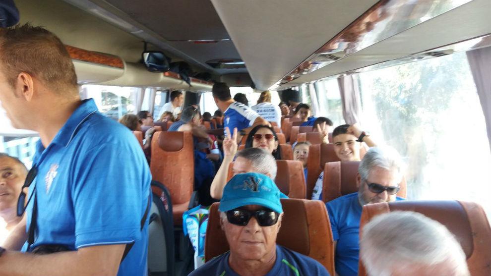 La afición del San Fernando en el autobús