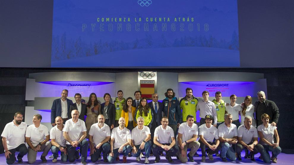 El equipo de Eurosport posa ante deportistas que desarrollan el camino...