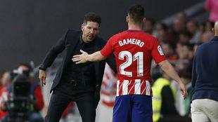Simeone saluda a Gameiro tras el cambio.