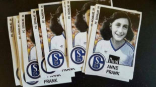 Las pegatinas con la foto de Ana Frank y la camiseta del Schalke
