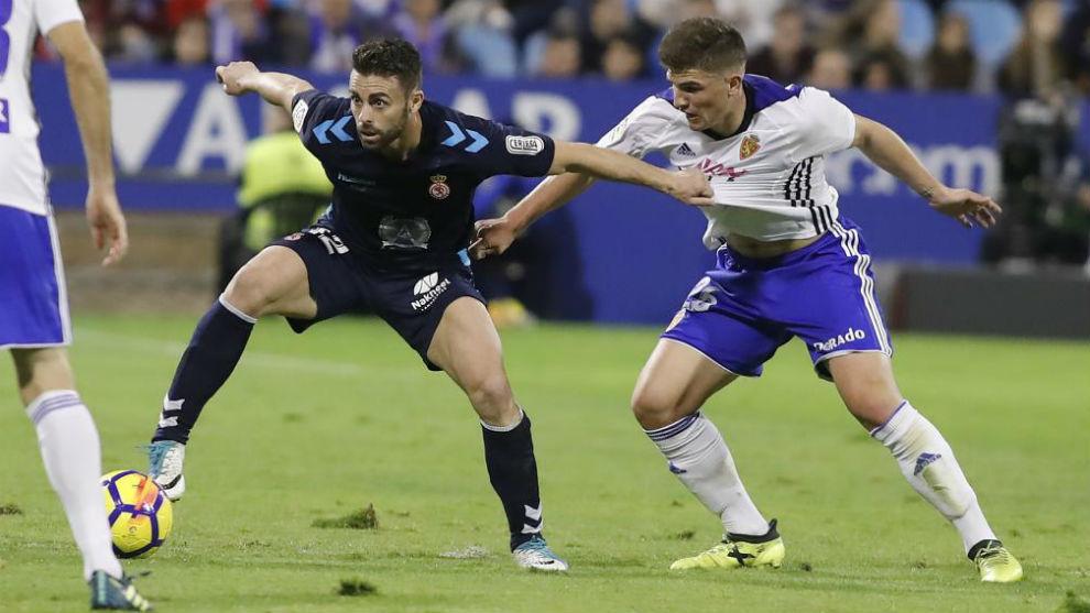 Raúl Guti pelea un balón en el último partido en casa.