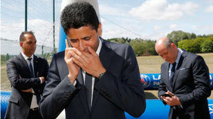 Nasser Al Khelaifi, presidente del PSG, hablando por tel�fono en...