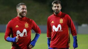 Sergio Ramos y Gerard Piqu� durante un entrenamiento con la...
