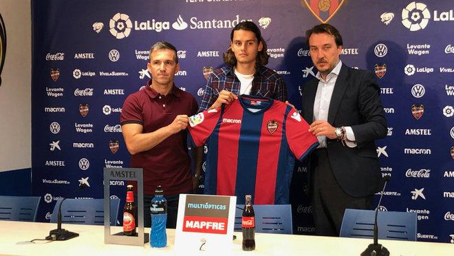 Unal, junto al presidente del Levante, Quico Catalán y el director...