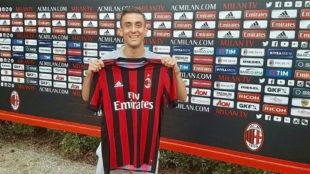 Tiago Dias, durante su presentaci�n con el Milan.
