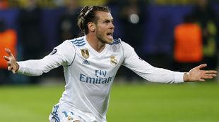 Bale se queja de una acción durante el partido en Dortmund