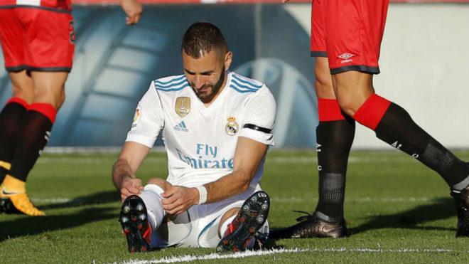 Benzema, sentado en el césped de Montilivi en el partido frente al...