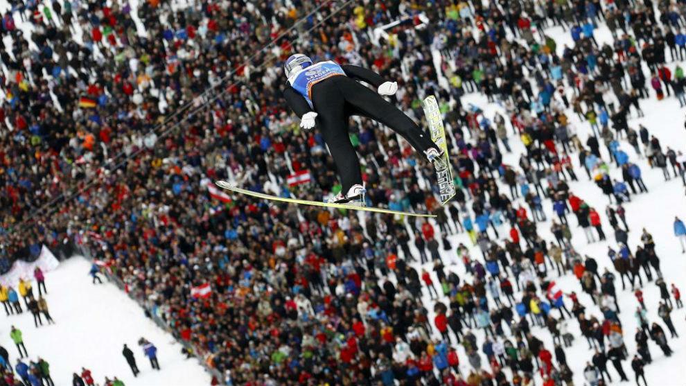 Gregor Schlierenzauer durante un salto en un torneo en Garmisch,...