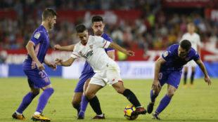 Ben Yedder, rodeado de rivales en el Sevilla-Legan�s.
