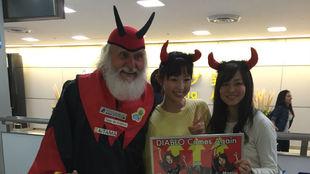 A Didi Senft le esperaban en Tokio estas entusiastas admiradoras.