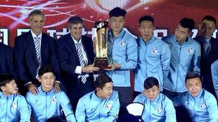 La plantilla del Dalian Yifang posa con el trofeo como campeón de la...