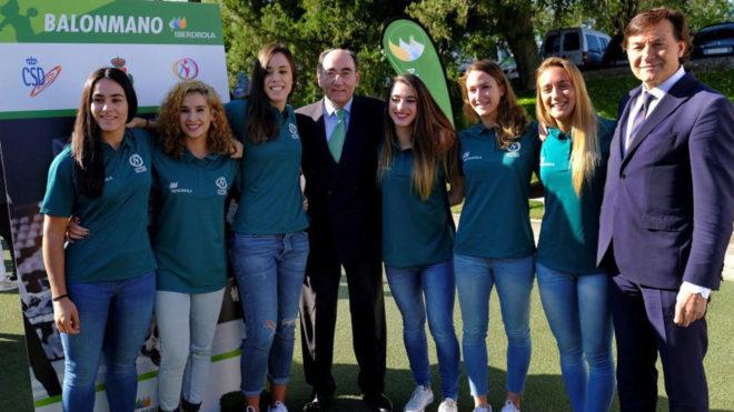 Los presidentes de Iberdrola y del CSD junto a varias jugadoras de...