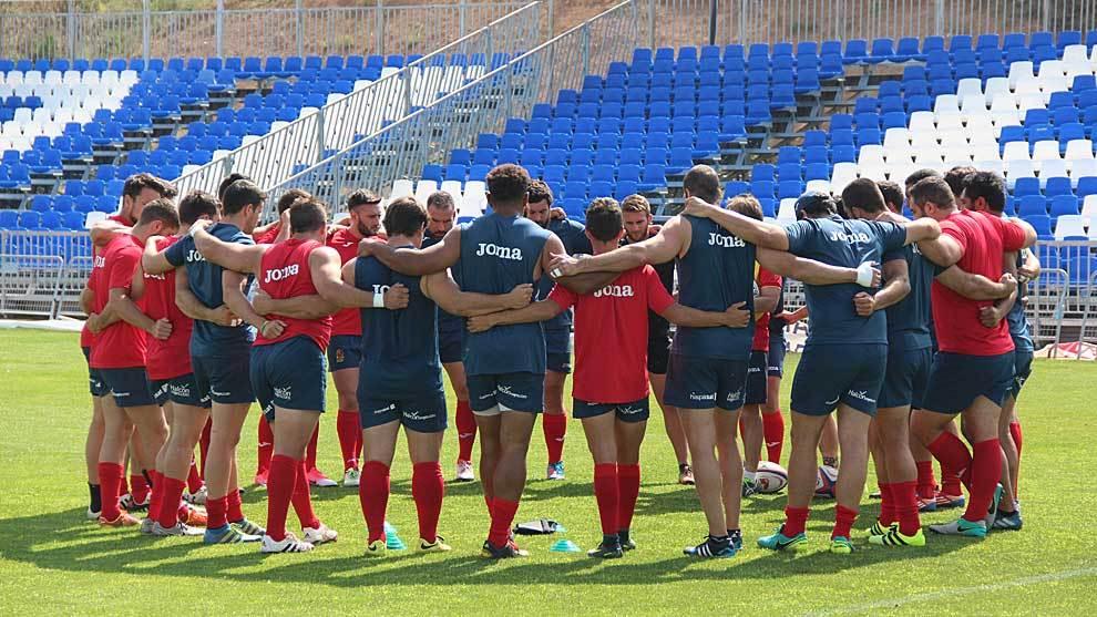 La selección española formando el habitual corro con Santos en el...