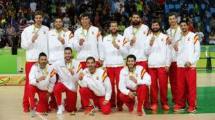 Los jugadores de la selecci�n, con la medalla de bronce conseguida en...