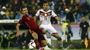 Mario Götze (25) disputa un balón con Azpilicueta (28) en un partido...