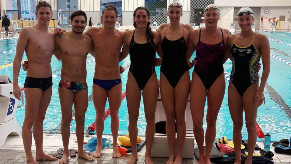 La nadadora española, con los nadaores suecos con los que se ha...