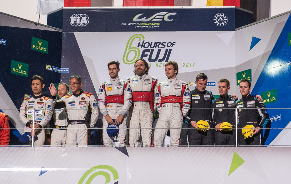 Miguel Molina (con la gorra en la mano) en lo más alto del podio de...