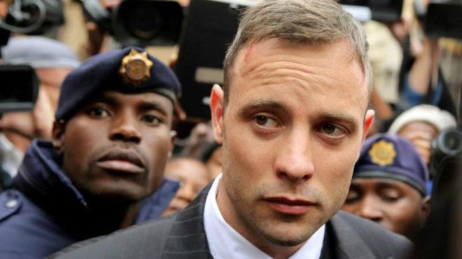 Pistorius saliendo de la North Gauteng High Court de Pretoria en junio...