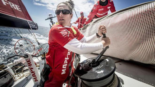 Támara Echegoyen, maniobrando a bordo del MAPFRE durante la primera...