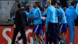 Momento en el que Evra suelta una patada a un hincha del Olympique de...