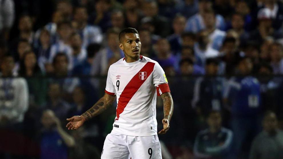 Paolo Guerrero (33), en un instante del partido entre las selecciones...