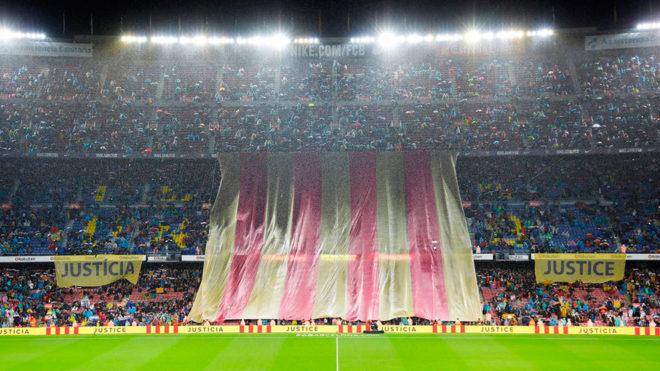 Pancartas exhibidas en la previa del partido en el Camp Nou.