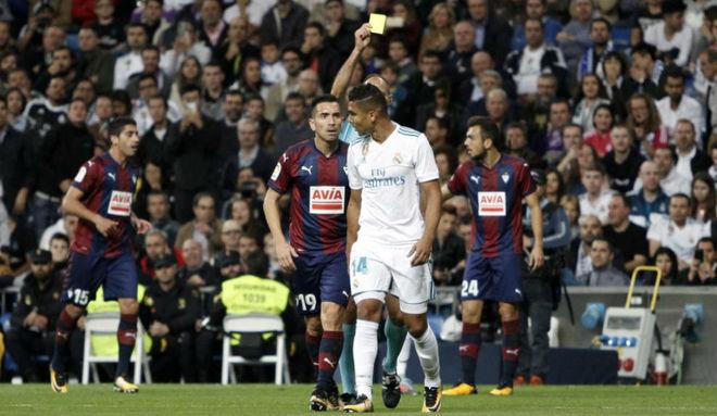 Casemiro ve una tarjeta amarilla en el partido ante el Eibar.