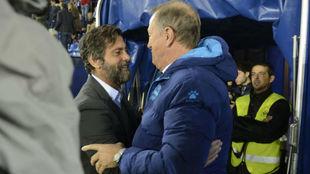 Quique y De Biasi se saludan antes del encuentro en Vitoria.