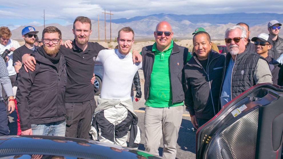 Niklas Lilja, en el centro junto a Christian von Koenigsegg, fundador...