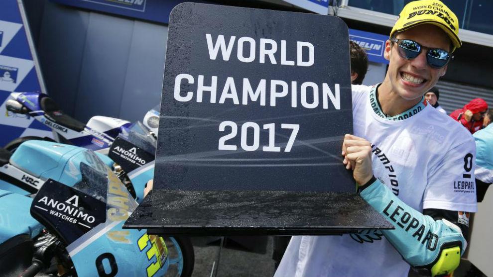 Joan Mir, tras proclamarse campeón del Mundo de Moto3 en el GP de...