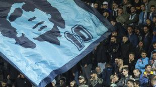 La afición del Nápoles homenajea a Maradona