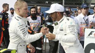 Valtteri Bottas felicita a Lewis Hamilton por el título tras el GP de...