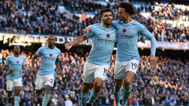 Agüero y Sané celebran el gol del Kun al Arsenal.