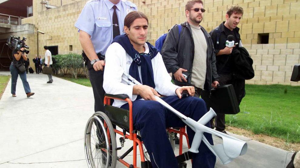 Gastón Casas llegando a Sevilla en silla de ruedas tras ser lesionado...