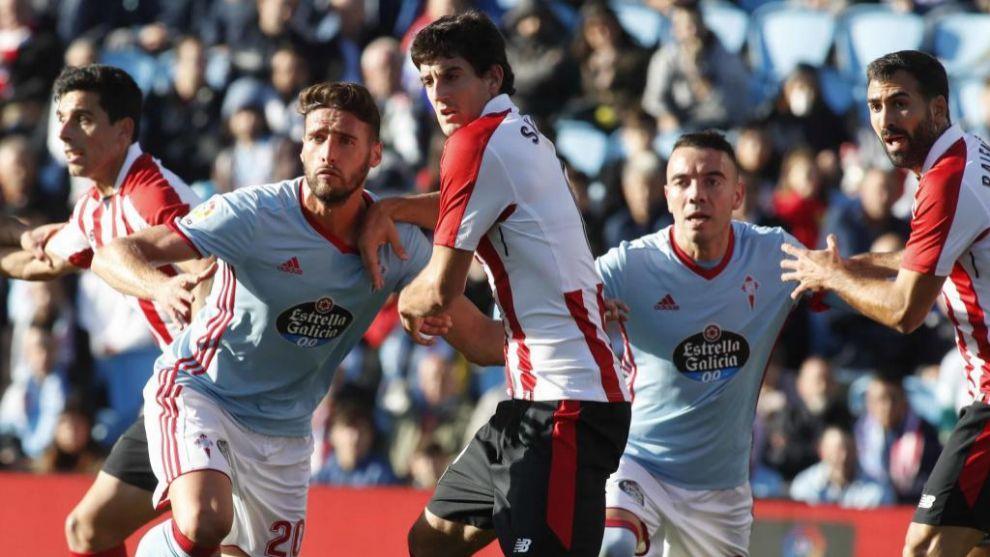 Los jugadores de Celta y Athletic disputan la posición para rematar