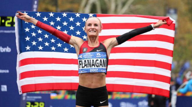 Shalane Flanagan con su bandera al acabar la carrera.