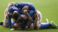Los jugadores del Oviedo forman una montonera tras el gol de Aar�n...