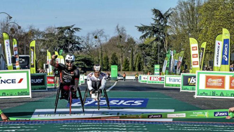 Rafael Botello entrando a meta en una carrera.