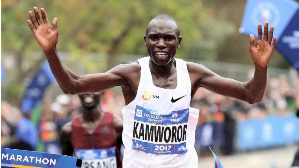 Geoffrey Kamworor pasando por la línea de meta en el Maratón de...